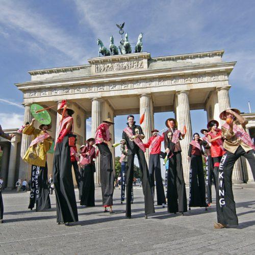 Mit 20 Stelzenläufern für Hainan durch Berlin